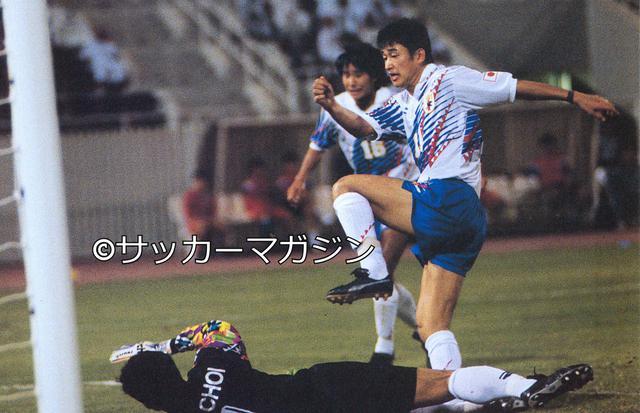 画像: 10月25日、追い詰められていた日本はカズの1点を守り抜き、W杯予選で韓国に勝利。1位に順位を上げたが…(写真◎サッカーマガジン)