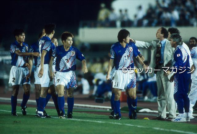 画像: 3月に日本代表監督に就任したファルカン(スーツ姿の男性)。8か月の短命政権に終わった(写真◎サッカーマガジン)