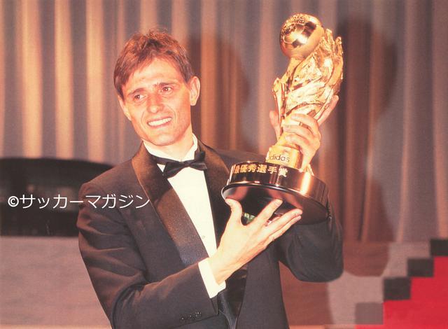 画像: JリーグMVPに輝いた名古屋のドラガン・ストイコビッチ(写真◎サッカーマガジン)