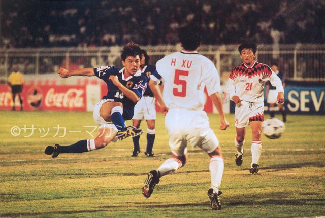 画像: アジアカップは準々決勝で敗退。写真はグループステージの中国戦でシュートを放つ城彰二(写真◎サッカーマガジン)