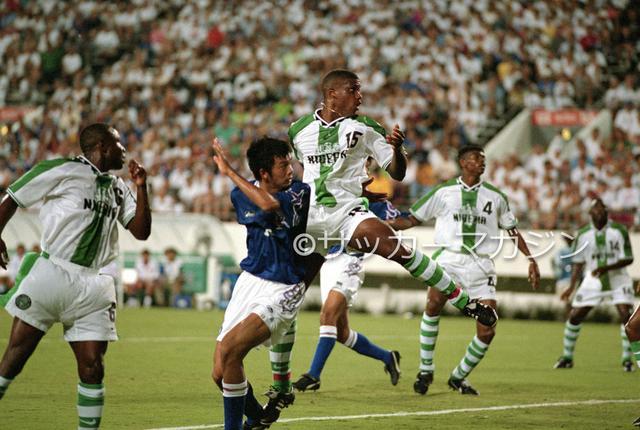 画像: 結果的にナイジェリア戦の2失点が響き、日本はアトランタ五輪で決勝トーナメントに進めなかった。写真中央は松田直樹(写真◎サッカーマガジン)