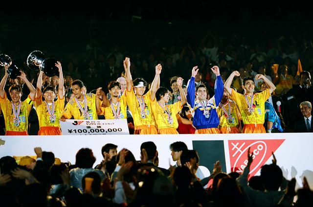 画像: PK戦にもつれ込むV川崎との激闘を制して清水エスパルスが初めてナビスコカップを掲げた(写真◎J.LEAGUE)