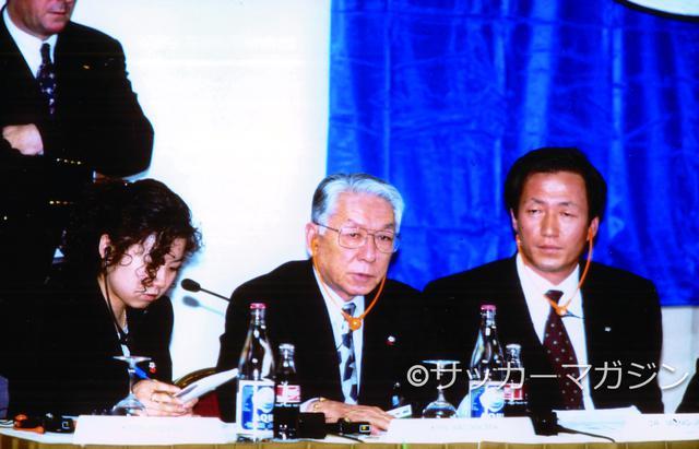 画像: 永遠のライバル韓国とのピッチ外の激しい争いは、まさかの結末が待っていた。大韓協会のチョン・モンジュン会長(右)の横で、日本協会の長沼健会長は浮かない顔で記者会見に臨んだ(写真◎サッカーマガジン)