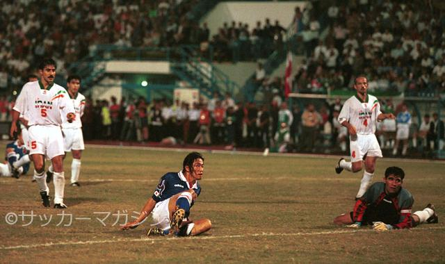 画像: イラン戦の延長後半に決勝点を挙げた岡野雅行(写真◎サッカーマガジン)