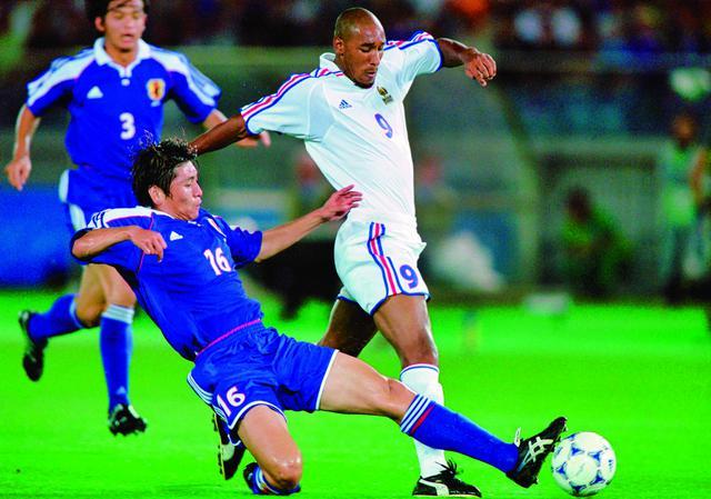 画像: コンフェデ杯決勝ではフランスの攻撃陣を1失点に抑えた。中田浩二(左)がアネルカに食らいつく。自国開催のW杯を翌年に控え、大きな手応えを得た(写真◎Getty Images)