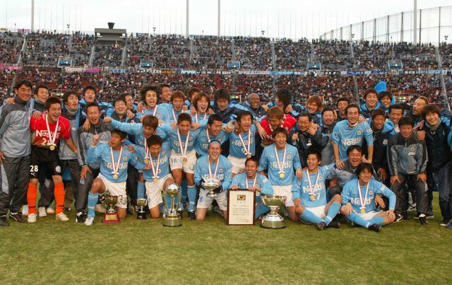 画像: リーグを3度、Jリーグ杯を1度手にしていた磐田だが、この年初めて天皇杯を掲げた(写真◎サッカーマガジン)