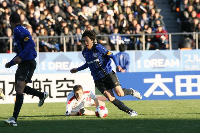 画像: 09年シーズンのアジア最優秀選手に輝いた遠藤保仁の2得点などでガンバ大阪が名古屋を下し、天皇杯に優勝した(写真◎サッカーマガジン)