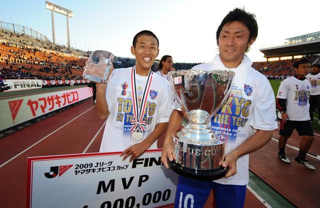画像: Jリーグカップ決勝で先制点を挙げたFC東京の米本拓司がMVPとニューヒーロー賞をダブル受賞した。右は梶山陽平(写真◎J.LEAGUE)