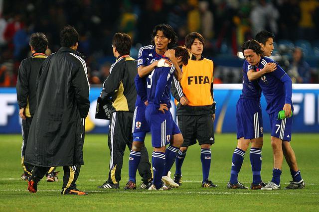 画像: 中澤が駒野に声をかける。惜しくも16強で敗退したが、日本はアウェーのW杯で初めて決勝Tに進出した(写真◎Getty Images)