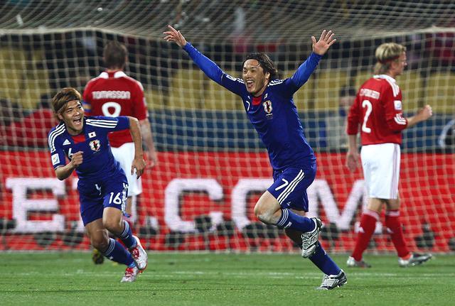 画像: 遠藤保仁、本田圭佑の直接FKなどでデンマークを下し、グループステージを突破した(写真◎Getty Images)