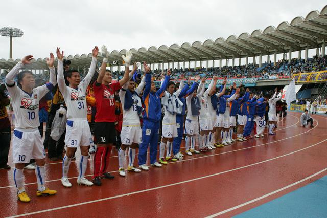 画像: スタンドのファン・サポーターの声援にこたえる仙台の選手たち(写真◎J.LEAGUE)