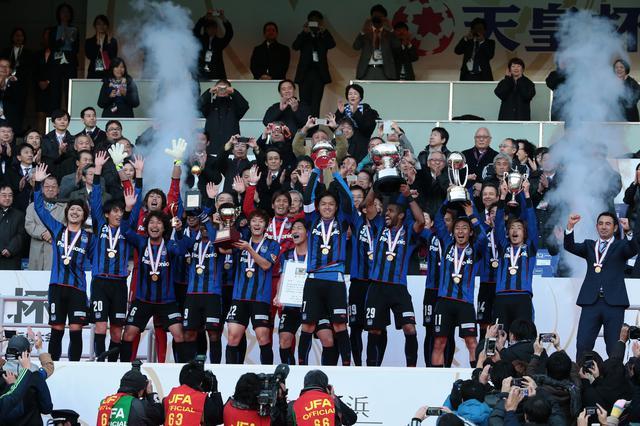 画像: 厳しい日程の中で勝利を重ね、天皇杯に優勝。G大阪は三冠という偉業を達成した(写真◎サッカーマガジン)