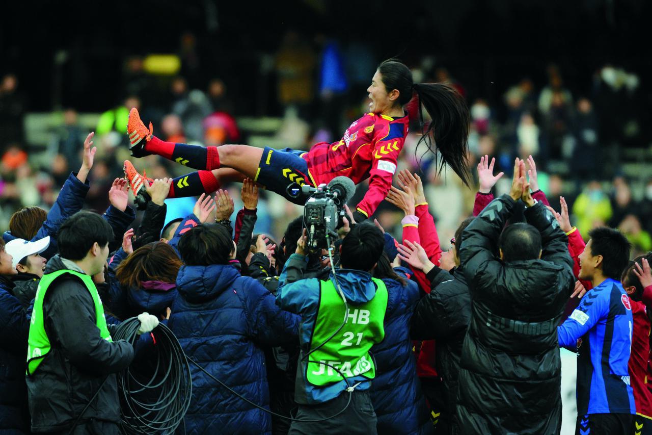 画像: レジェンド・澤穂希はこの年で現役を退いた。最終戦となった皇后杯決勝(INAC 1-0 新潟レディース)では自らのゴールで花道を飾った(写真◎Getty Images)