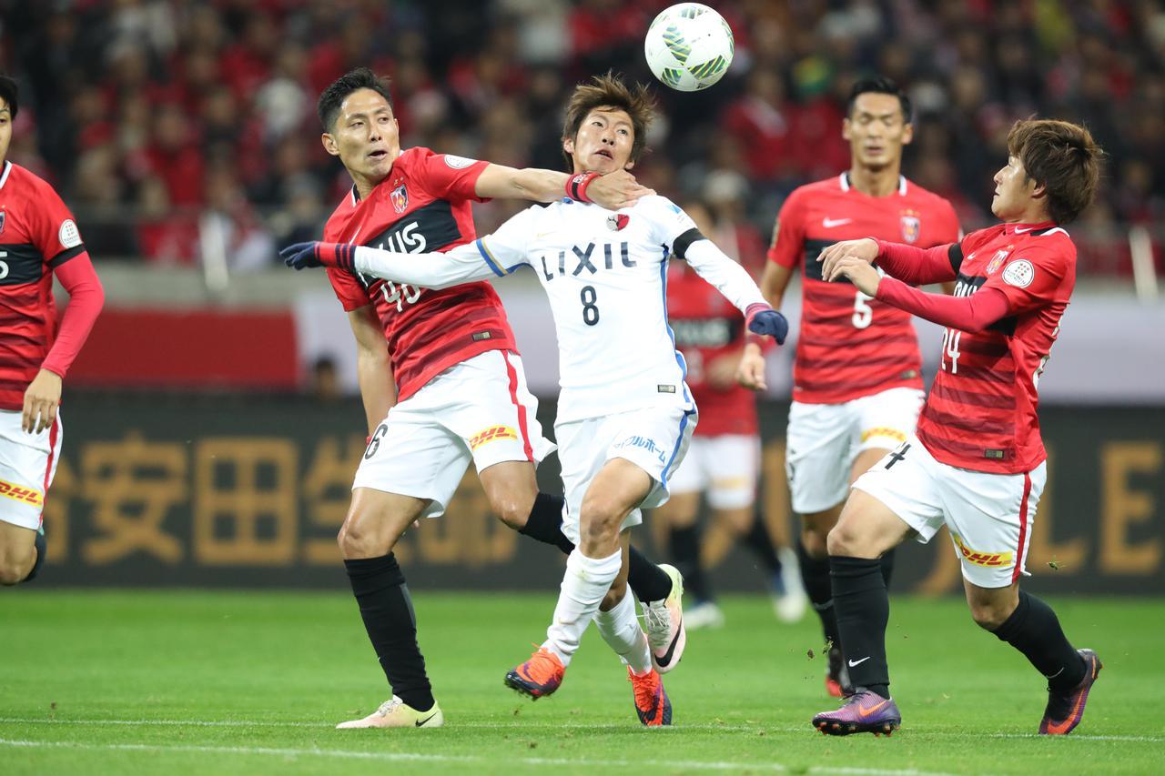 画像: CS決勝第1戦で浦和に先勝されながら第2戦で鹿島は粘り強さと勝負強さを発揮し、タイトルを手繰り寄せた。写真中央は土居聖真(写真◎J.LEAGUE)