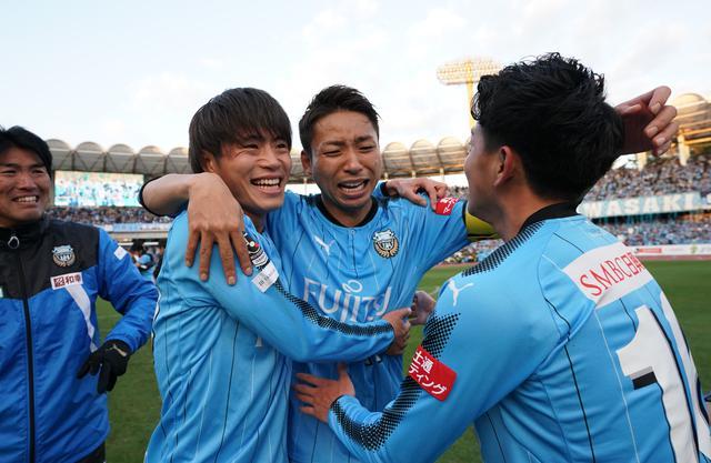 画像: ゴールでチームをけん引した小林悠(中央)が森谷賢太郎(左)、長谷川竜也と喜びを分かち合う。小林はMVPと得点王を受賞した(写真◎J.LEAGUE)