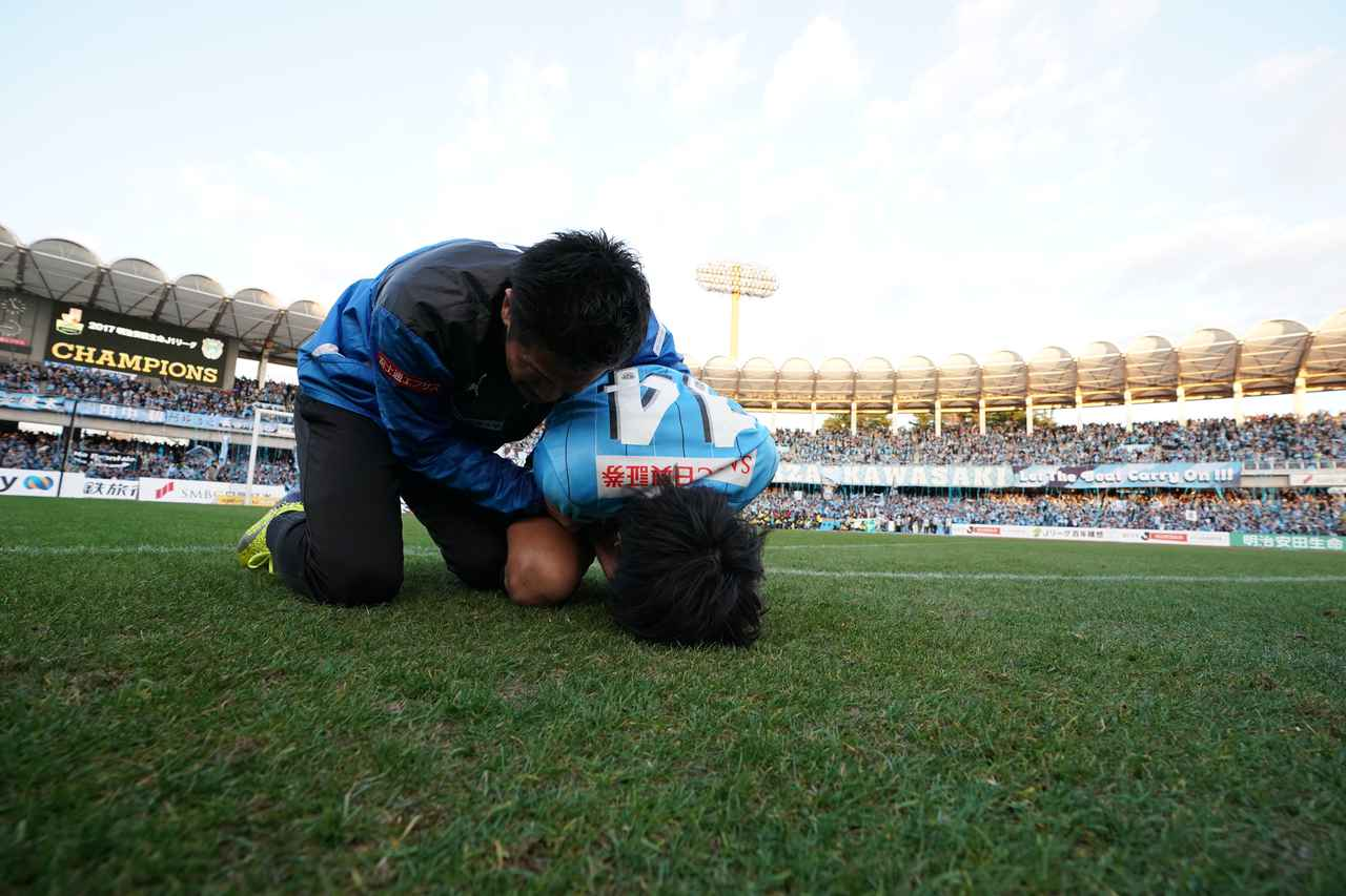 画像: 優勝が決まった瞬間、ピッチにひざまずき泣き崩れた中村憲剛。悲願をついに達成した瞬間だった(写真◎J.LEAGUE)