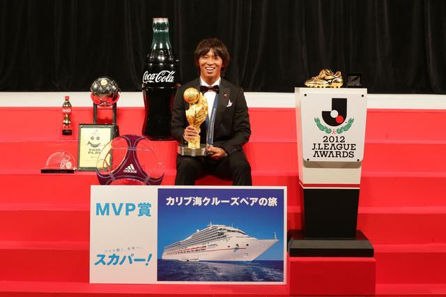 画像: Jリーグアウォーズでは、あらゆるトロフィーや副賞を受け取った(写真◎J.LEAGUE)
