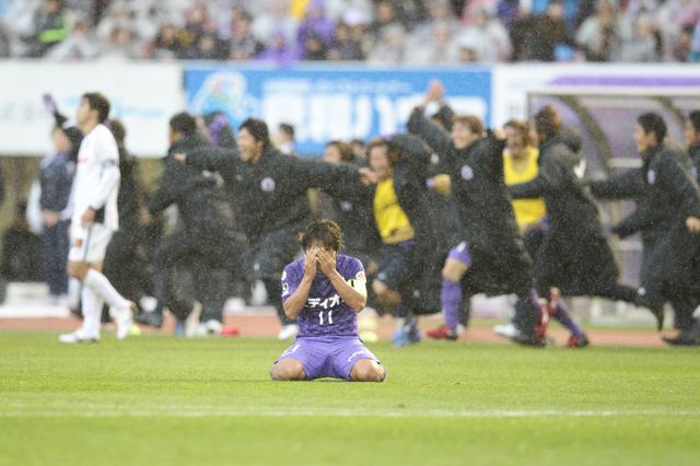 画像: ホーム最終戦で初優勝が決まり、小雨が降るピッチでうれし泣き(写真◎J.LEAGUE)