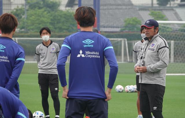 画像: 全体練習を再開したFC東京。写真右は長谷川監督(写真◎FC東京)