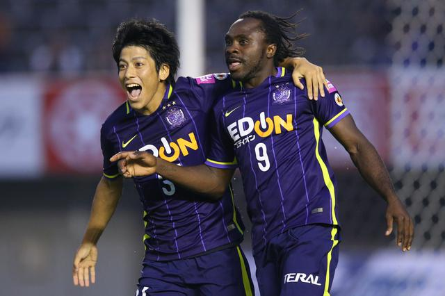 画像: FW宮吉巧実と喜びを分かち合う。2人は今季、京都で再びチームメイトに(写真◎J.LEAGUE)