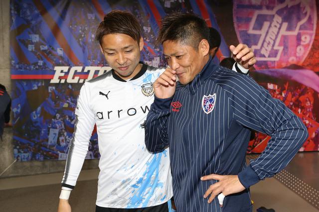 画像: アウェーでのFC東京戦の試合前、前年までチームメイトだった大久保と(写真◎J.LEAGUE)