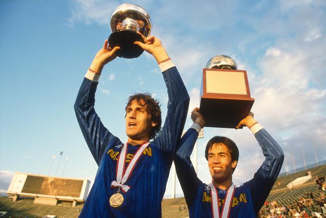 画像: 88年度、日産自動車はオスカーのち三冠を達成。写真は第68回天皇杯優勝時(89年1月1日)。このシーズンで現役を引退し、監督に就任。翌年は指揮官としてチームの2季連続の三冠に導いた(写真◎サッカーマガジン)