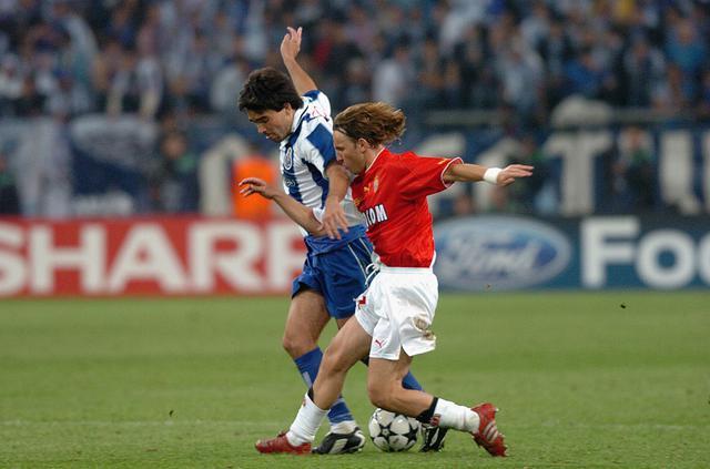 画像: FCポルトのデコと競り合うベルナルディ。モナコの中盤を支えた(写真◎Getty Images)