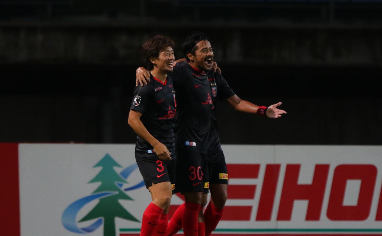 画像: チームに勝ち点3をもたらす決勝点を挙げた浦和の興梠(写真右◎J.LEAGUE)