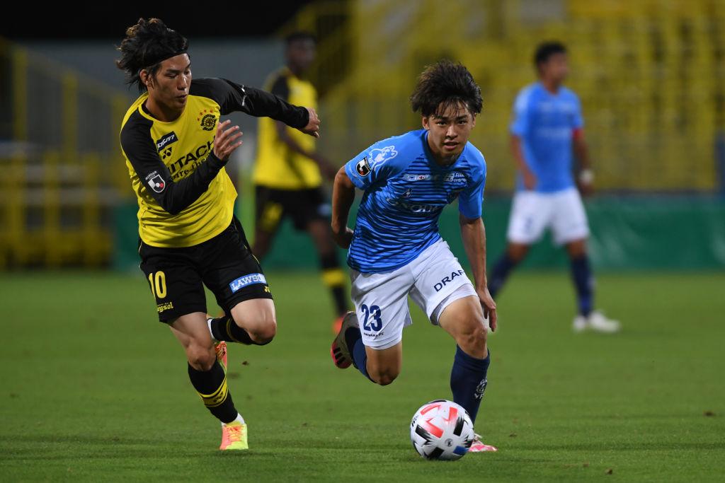 画像: 横浜FCの先制点を挙げた横浜FCの斉藤(23)と柏の江坂。横浜FCは初勝利を挙げた(写真◎Getty Images)