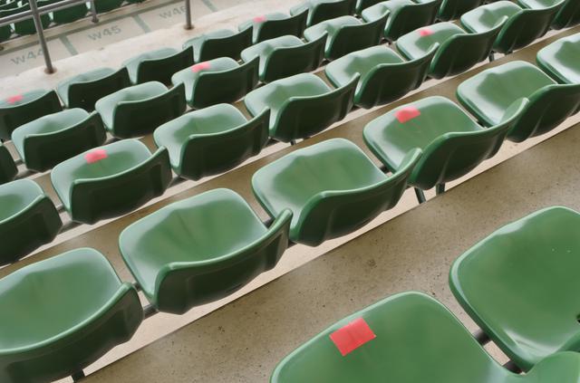 画像: シティライトスタジアムのメインスタンドの座席には、使用できる座席に目印のシールが貼られている(写真◎石倉利英)