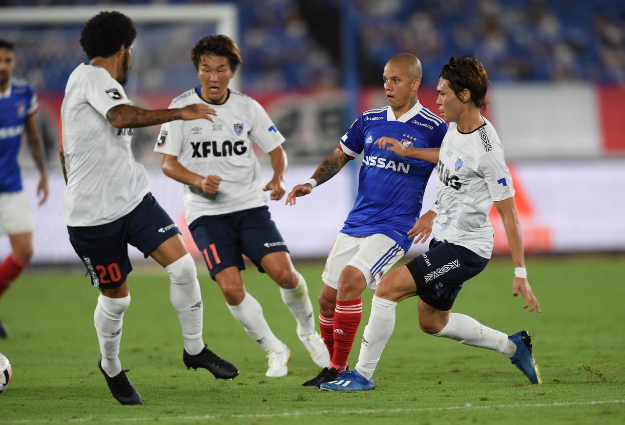 画像: 横浜FMのボールホルダーに対して終始プレッシャーをかけ続けたFC東京。川崎Fとは見違えるようなアグレッシブさと集中力で横浜FMに完勝した(写真◎J.LEAGUE)