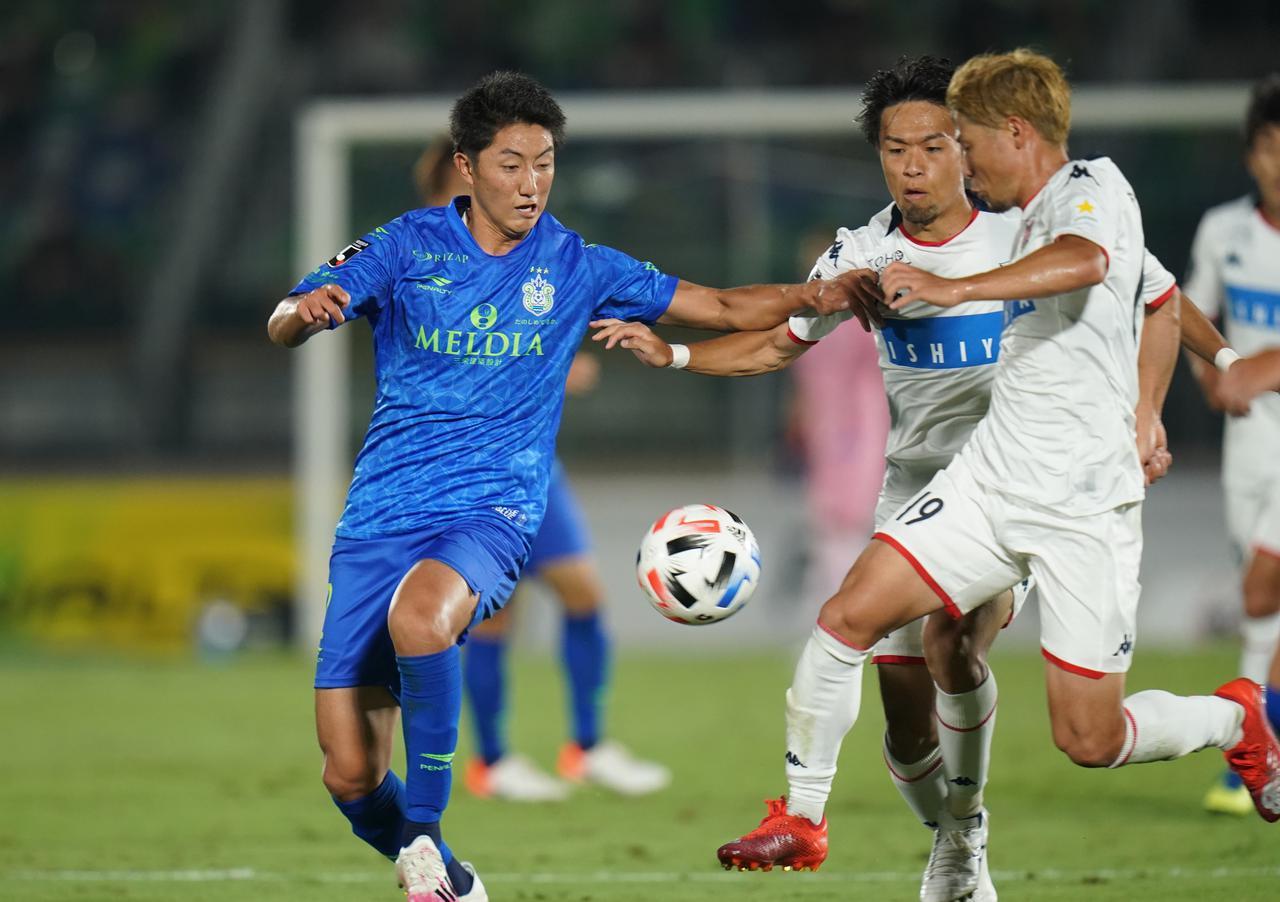画像: 互いに走り、攻め合う展開となった湘南対札幌の試合にゴールは生まれず、ドロー決着となった(写真◎J.LEAGUE)