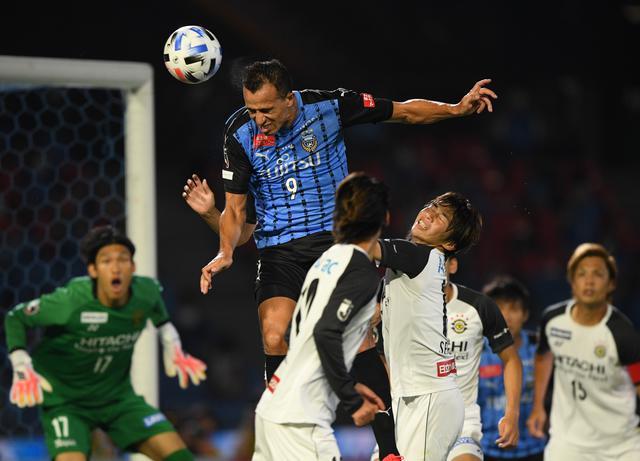 画像: 脇坂泰斗のCKにヘッドを合わせてレアンドロ・ダミアンが3点目をスコア。川崎Fが柏を3-1で下してリーグ再開後、3連勝を飾った(写真◎J.LEAGUE)