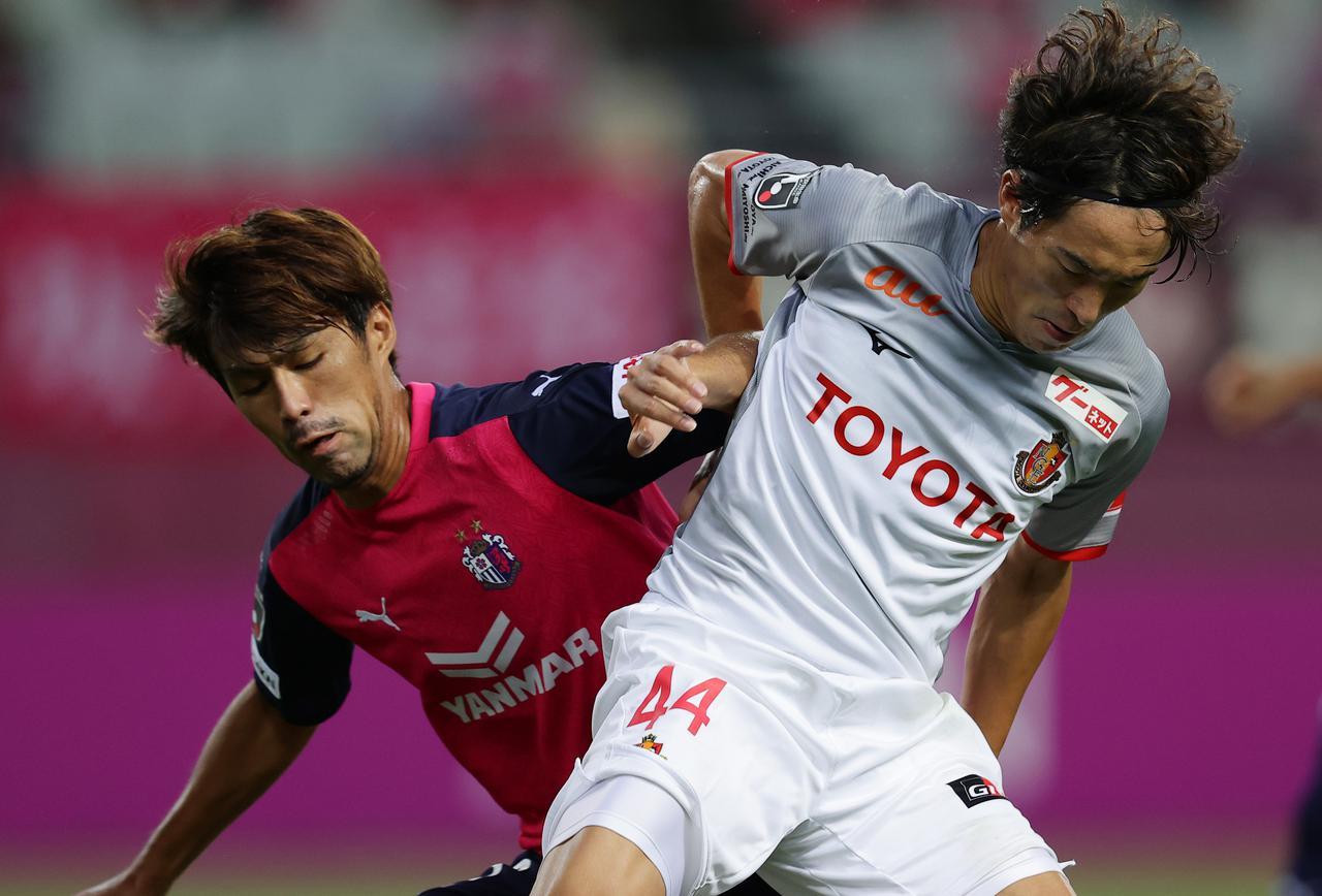画像: 好調なC大阪を止めたのは名古屋だった。金崎夢生(右)も前線で精力的にプレーした(写真◎J.LEAGUE)