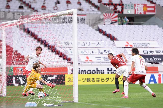 画像: エヴェルトンが挙げた1点を守り切り、浦和が鹿島を下して連勝を飾った(写真◎山口高明)