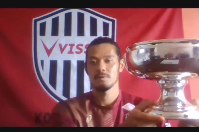 画像: 昨年度王者のヴィッセル神戸・山口蛍がカップを返還した(写真◎スクリーンショット)
