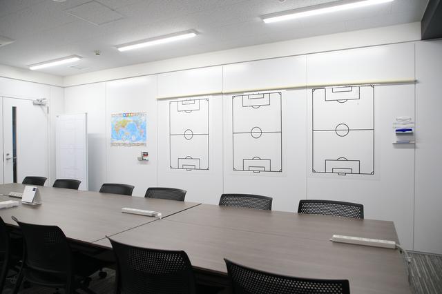 画像: コーチミーティングルーム。活発な議論が行なわれること必至!?