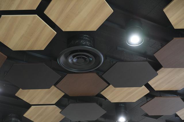 画像: カンファレンスルームの天井はサッカーボールをイメージしてデザインされている