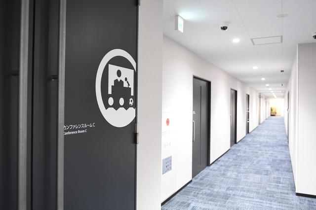 画像: 2階には複数のインタビュールーム(ミーティングルーム)や3つに仕切ることが可能なカンファンレスルームがある