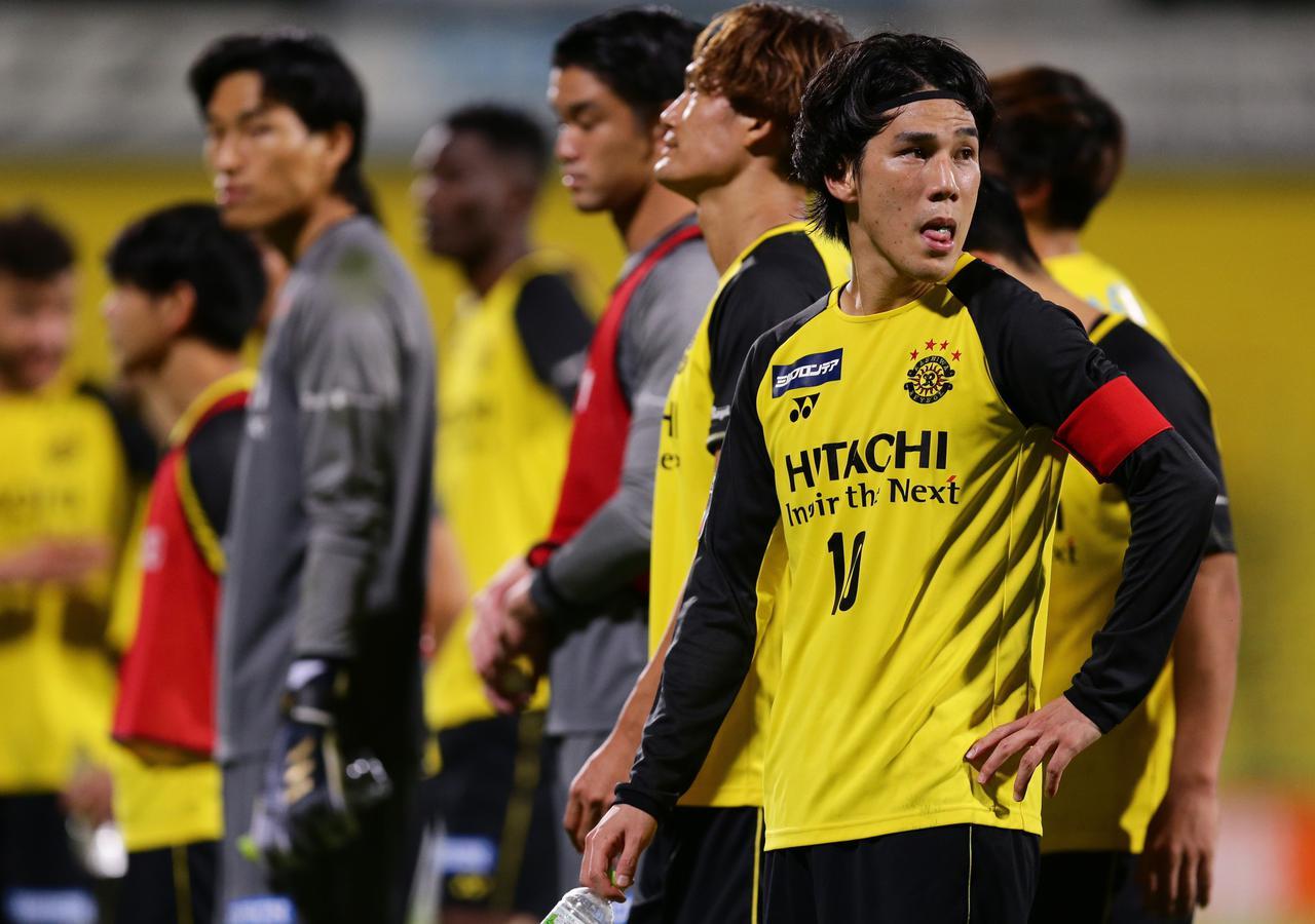 Images : 1番目の画像 - 今季で柏在籍3年目を迎えた江坂。浦和戦ではキャプテンマークを巻いて90分間プレーした(写真◎J.LEAGUE) - サッカーマガジンWEB
