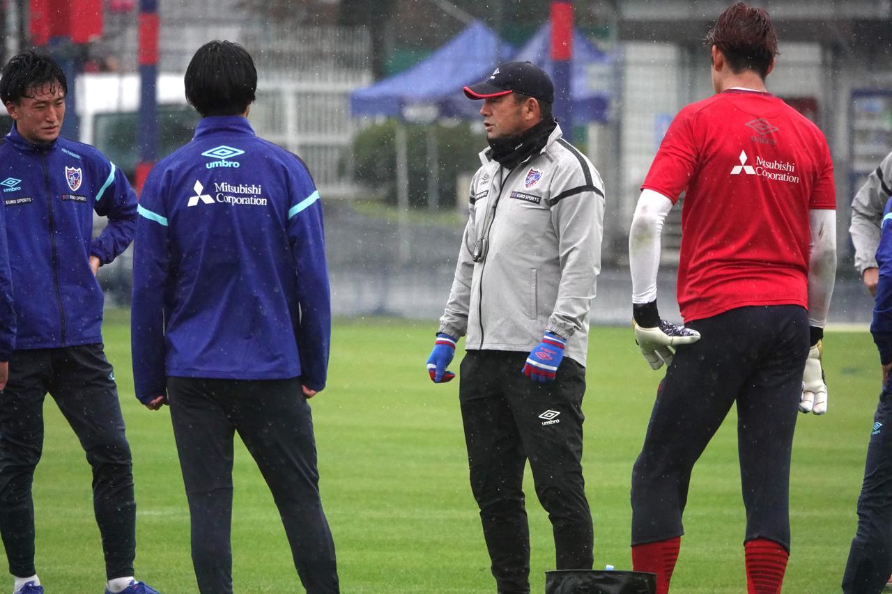 Images : 1番目の画像 - 前日練習は冷たい雨の中で。休み前の勝利を目指す(写真◎FC東京) - サッカーマガジンWEB