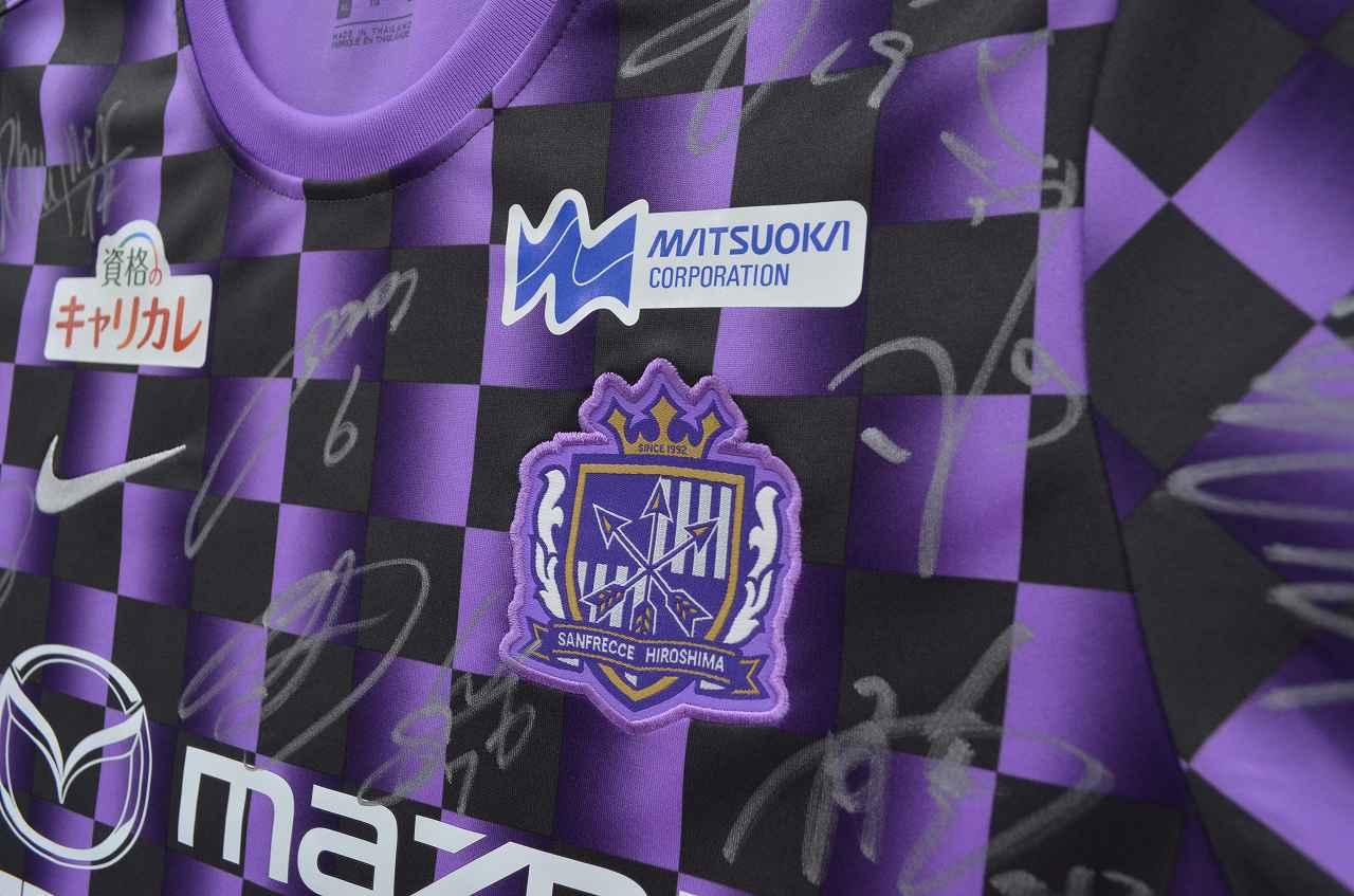 Images : 1番目の画像 - 練習着の左鎖骨部分、エンブレムの上に掲載されているマツオカコーポレーションのロゴ(写真◎石倉利英) - サッカーマガジンWEB