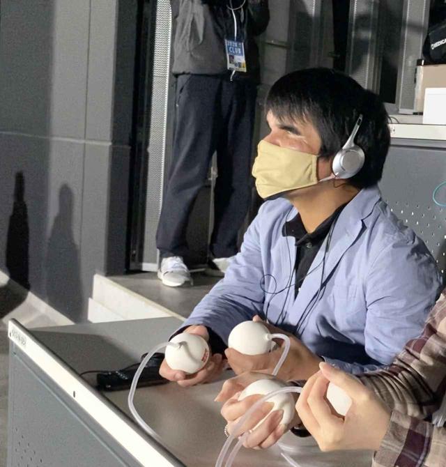 画像: ブラインドサッカー日本代表の田中章仁選手も参加。手にしているのは「WOWボール」と名付けられたもので、「握る」という動作によって、空気の伝達で応援の盛り上がりや試合の興奮を直感的に共有するデバイス