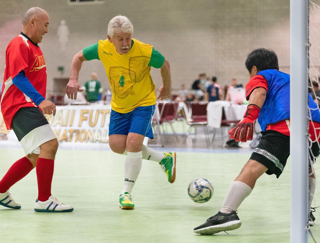 画像: 軸足の後ろを通す巧みな技でゴールに迫るマリーニョ氏