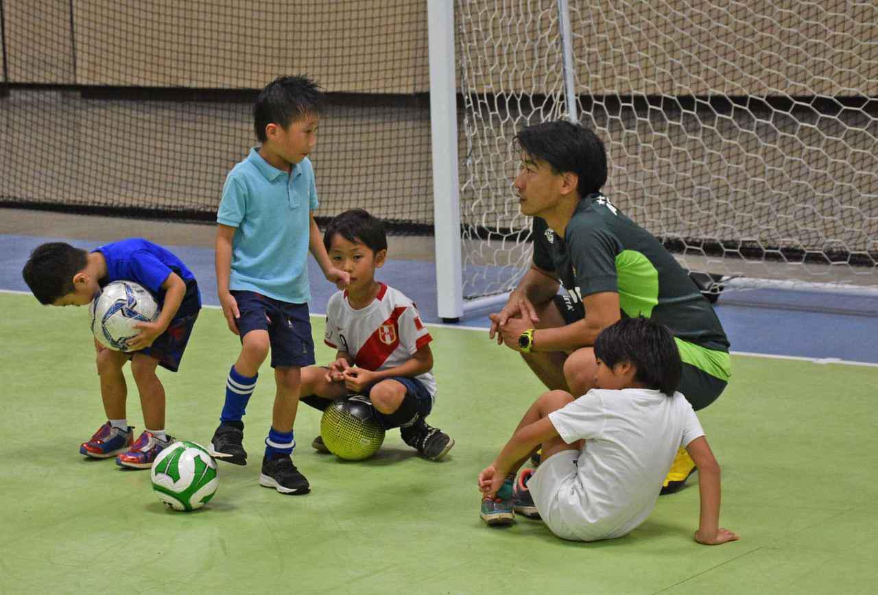 画像: ハワイ在住の子供たちとコミュニケーションをとる稲葉洸太郎氏