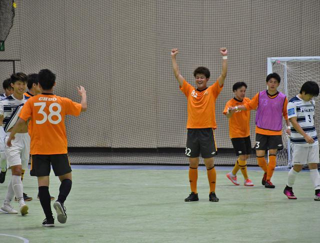 画像: オハナ(オレンジ)がアスレタFC(白紺)に勝利、健闘を称え合う選手たち
