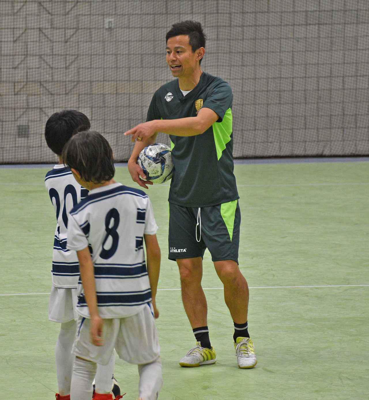 画像: ハワイフットサルカップで現地の少年たちを指導する相根澄氏