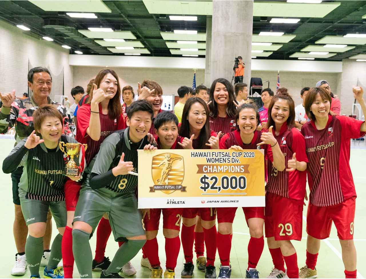 画像: 女子チャンピオンシップを制したアルコールイリスと金田氏(左端)