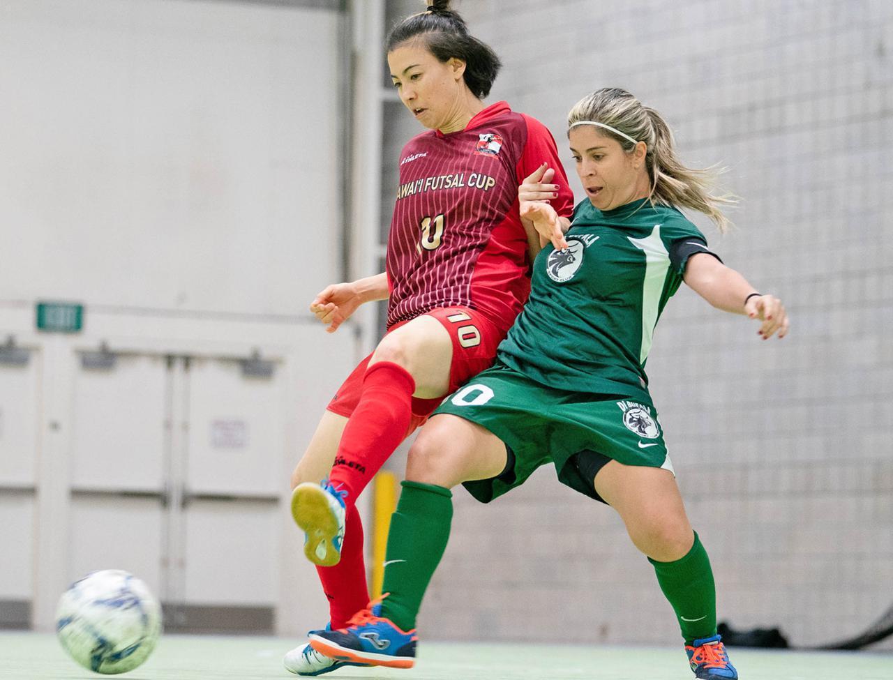 画像: 女子チャンピオンシップでボールを競り合う両チームの10番(江口直美&ナラ・フォンセカ)