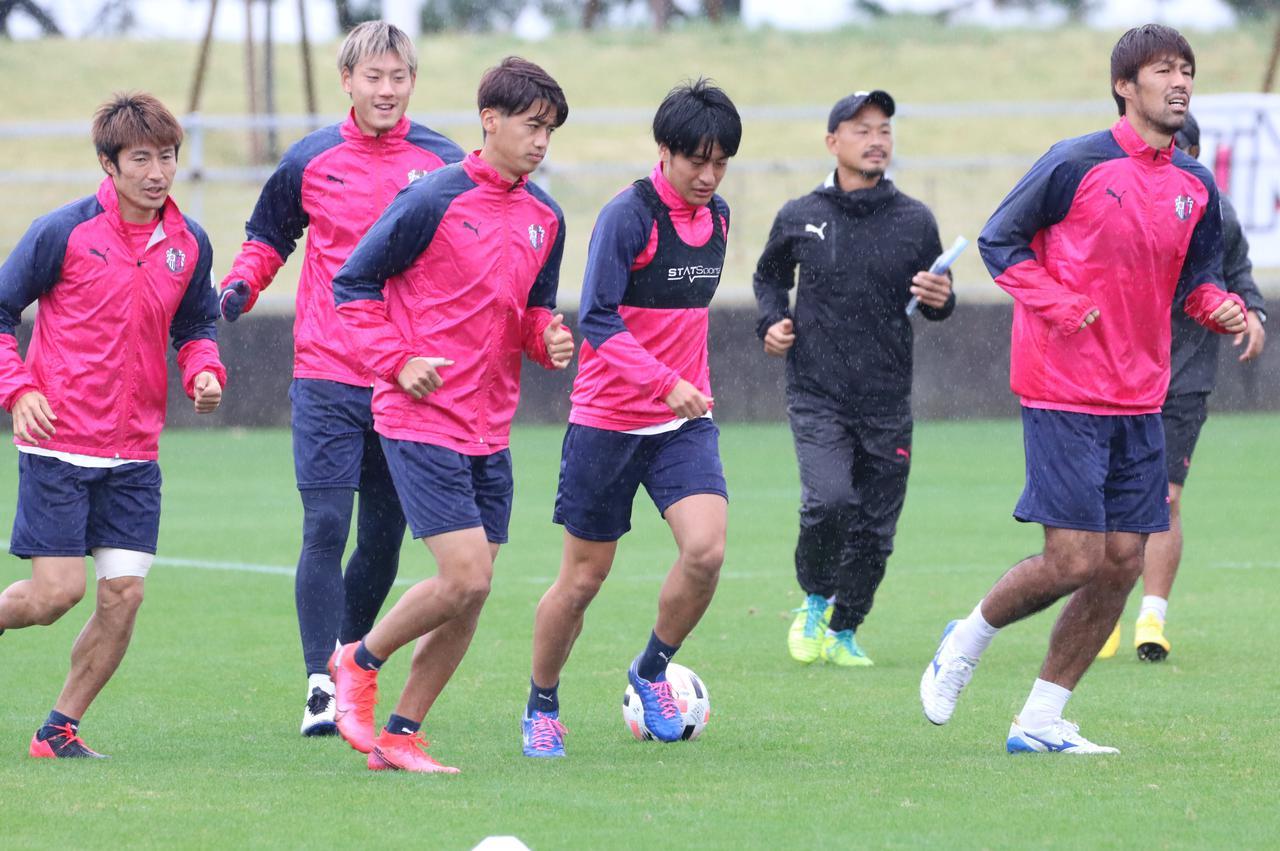Images : 1番目の画像 - ダービーに向けた前日練習の模様。ロティーナ監督はチーム状態について「いまはケガ人がいない状況」と話した(写真◎CEREZO OSAKA) - サッカーマガジンWEB